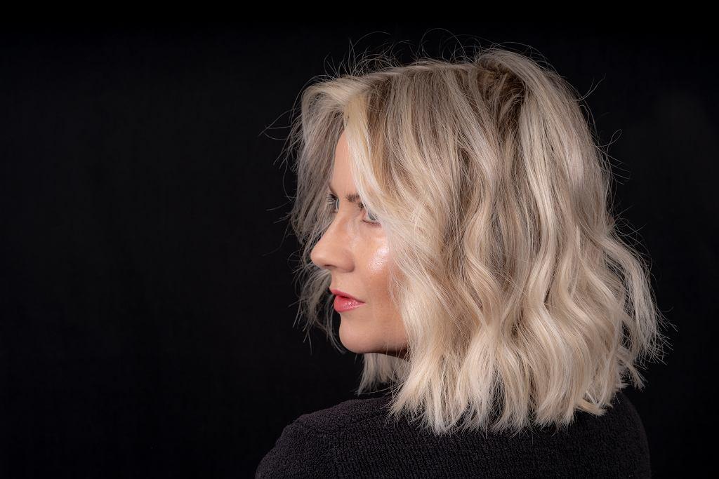 Modne fryzury damskie półdługie dla 50-latek. Odmładzają optycznie o 10 lat