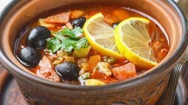 Zupa cytrynowa z czarnymi oliwkami