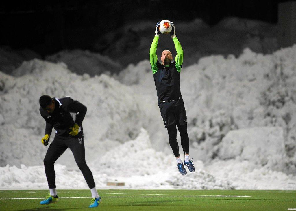 Brad Friedel (42 lata) to bramkarz wyjątkowy nawet jak na standardy Premier League. 42-latek dopiero niedawno został wygryziony z bramki Tottenhamu przez Hugo Llorisa, który przerwał jego serię 310 występów z rzędu w pierwszym składzie. Czy Artur Boruc pójdzie w jego ślady i jeszcze przez kilka lat z powodzeniem będzie bronił w Anglii?