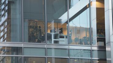 Opustoszały biurowiec podczas epidemii koronawirusa (zdjęcie ilustracyjne)