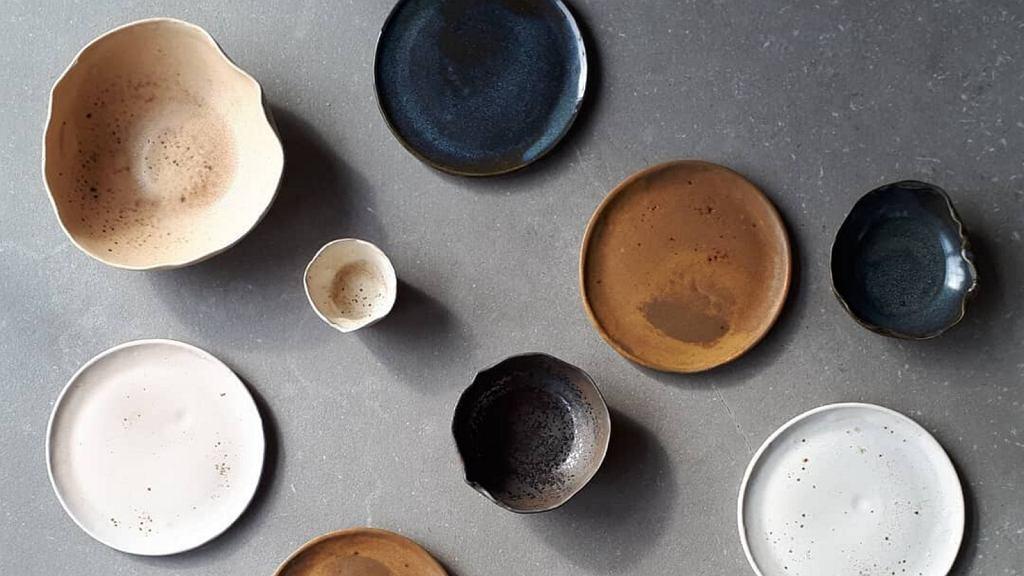 Ceramiczne talerze o rożnych kolorach i rozmiarach.