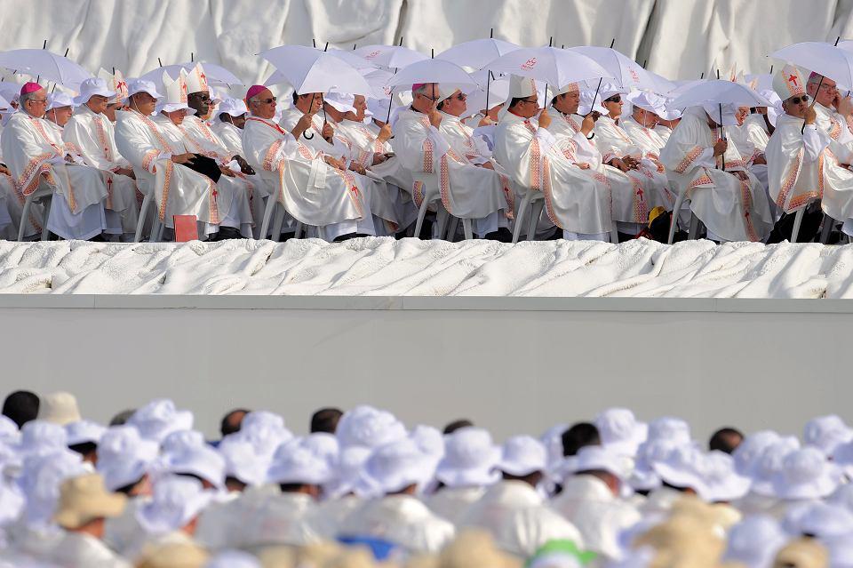 Hiszpańscy biskupi podczas mszy w czasie Światowych Dni Młodzieży w Madrycie, 21.08.2011