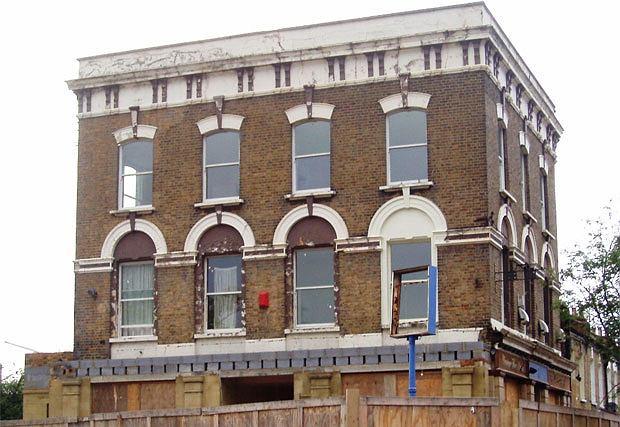 """piwo, alkohol, Piwo: królewska pinta w londyńskim pubie, Nieczynny już Pub The Duke of Albany był sceną dla filmu """"Wysypie żywych trupów"""""""
