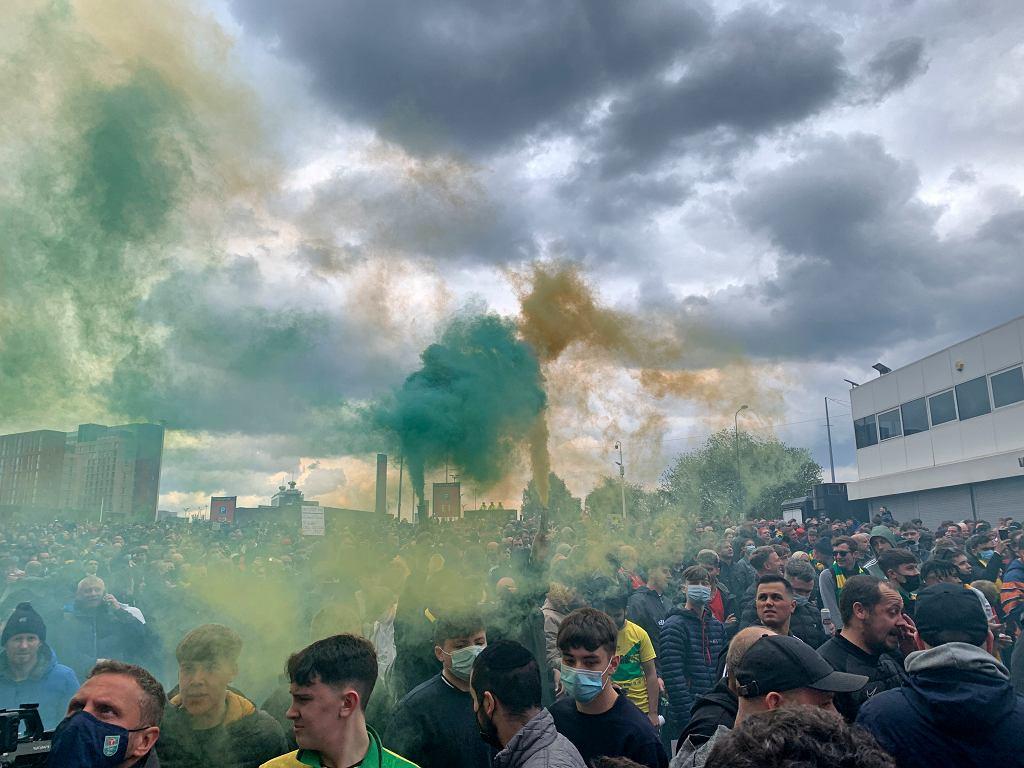 Protest kibiców przeciwko właścicielom Manchesteru United, rodzinie Glazerów na Old Trafford w Manchesterze w Anglii, 2 maja 2021 r.