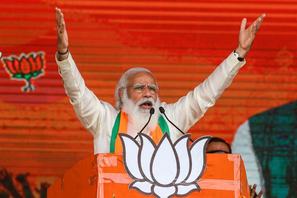 Premier Narendra Modi podczas wiecu wyborczego w marcu 2021 roku