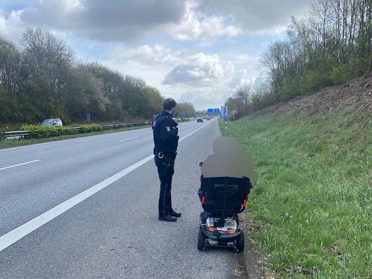 83-latek jechał wózkiem elektrycznym po autostradzie. Pomogli mu policjanci