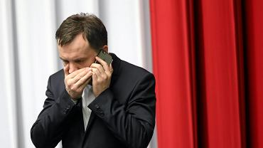 Zbigniew Ziobro z telefonem |