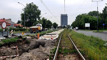 Przebudowa torowiska wzdłuż ulicy Małobądzkiej w Będzinie i Będzińskiej w Sosnowcu miała potrwać do końca czerwca 2020. Wykonawca na pewno nie skończy jednak prac w tym terminie