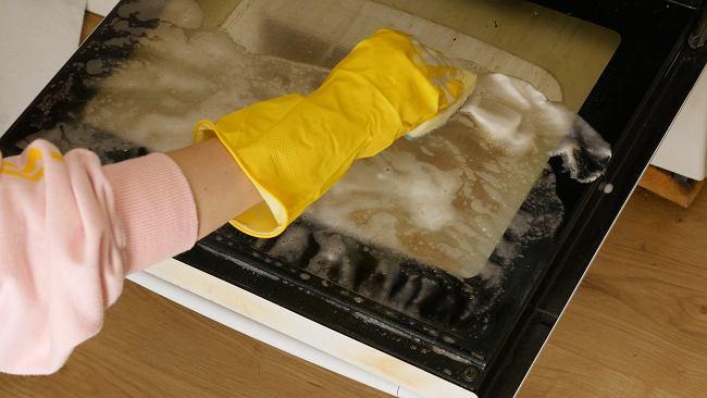 Nie możesz doczyścić brudnego piekarnika? Wypróbuj sposób z kostką do zmywarki
