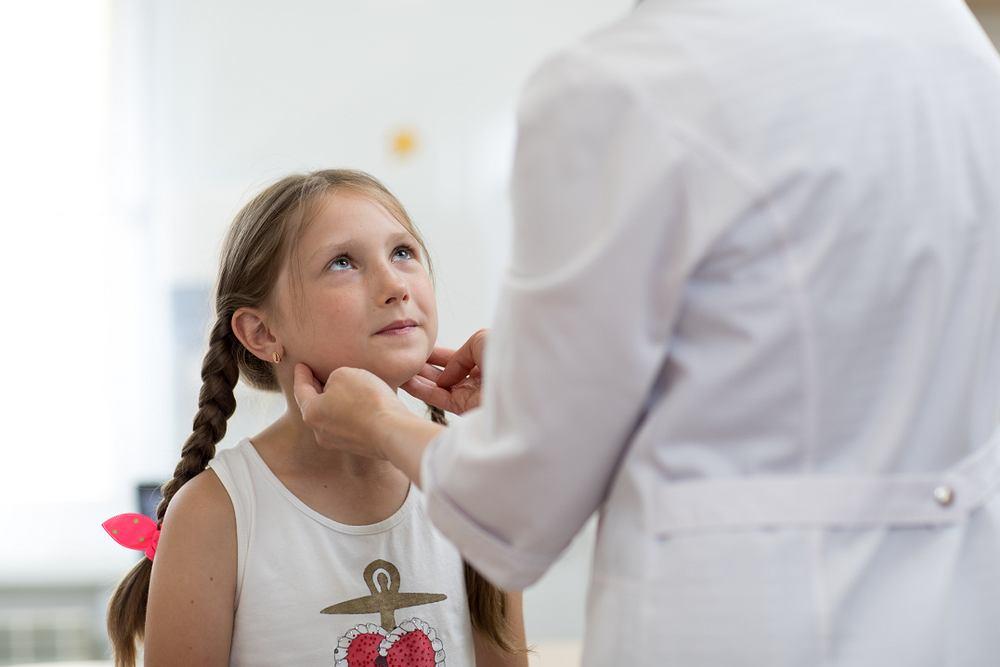 Powiększone migdałki podniebienne i migdał gardłowy najczęściej obserwuje się u dzieci. U dorosłych częściej dochodzi do powiększenia grudek i węzłów chłonnych.