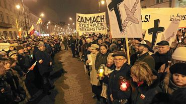 Manifestacja na Krakowskim Przedmieściu w miesięcznicę katastrofy smoleńskiej