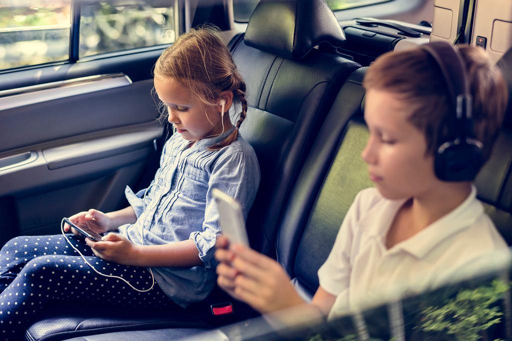 Audiobook dla dzieci to dobry pomysł na podróż samochodem. Zdjęcie ilustracyjne