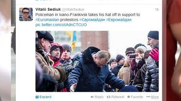Milicjant chyli czoła przed protestującymi