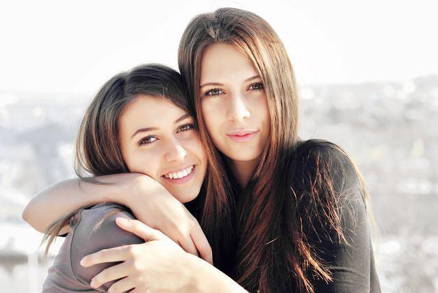 Przyjaciółki często traktują się jak rodzinę, a więzi oparte są na poczuciu, że zawsze można na sobie polegać