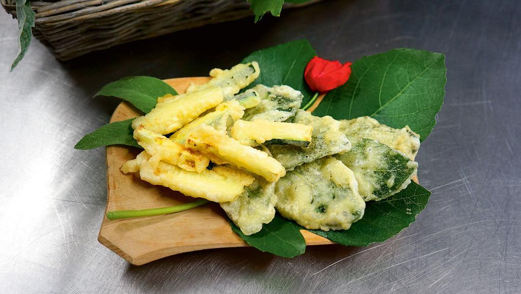 liście szałwii i kawałki cebuli w tempurze