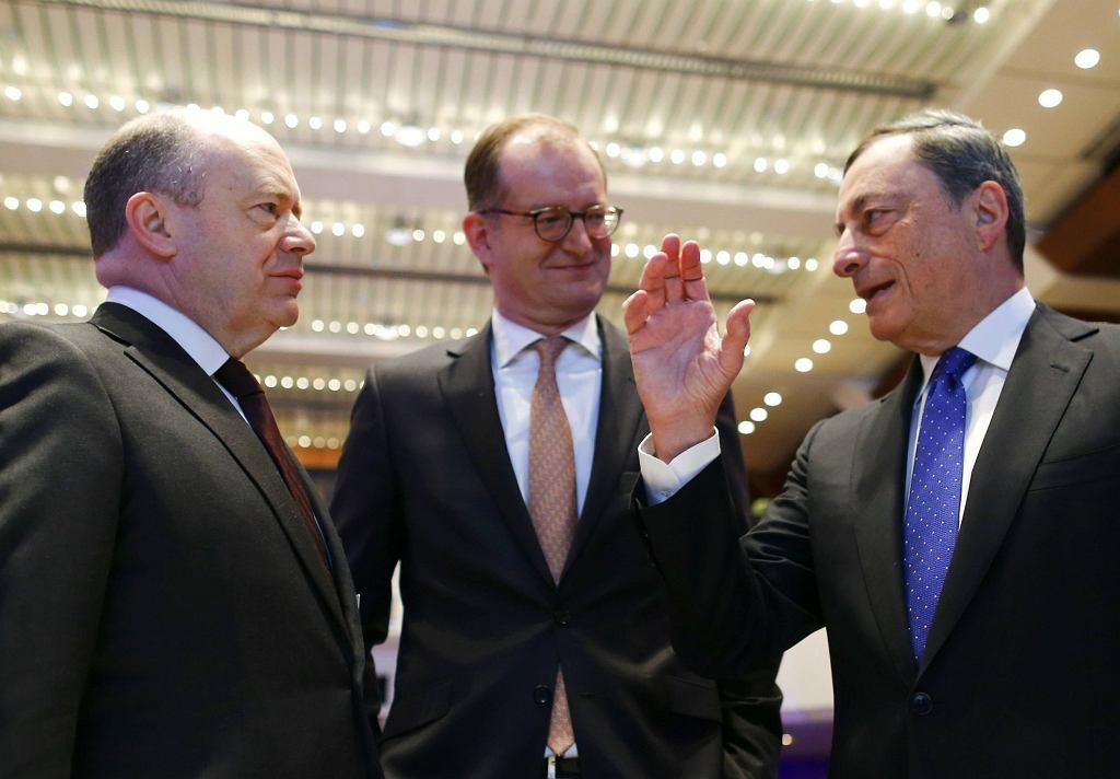 Szef Deutsche Banku John Cryan (po lewej), Commerzbanku Martin Zielke (w środku) i Europejskiego Banku Centralnego Mario Draghi.