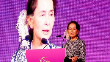 Aung San Suu Kyi przemawia podczas szczytu ASEAN w Singapurze.