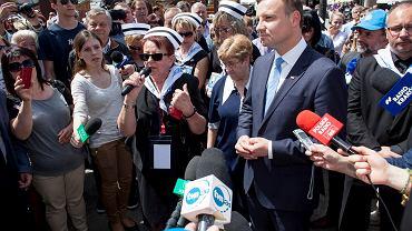 Prezydent Andrzej Duda w trakcie kampanii prezydenckiej spotkał się z protestującymi pielęgniarkami, Kraków, 12.05.2016