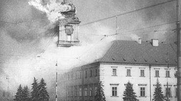 Płonący Zamek Królewski w Warszawie po ostrzale przez artylerię niemiecką, 17 września 1939 r.
