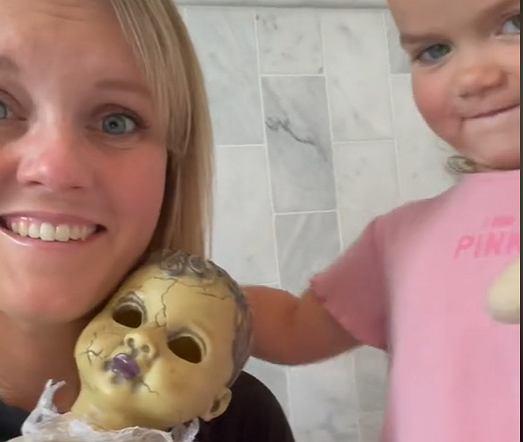 Dolly to ukochana lalka-zombie.
