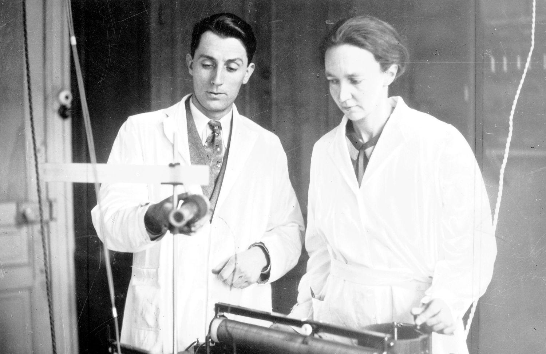 Irena Joliot-Curie z mężem Fryderykiem w laboratorium w 1933 roku (fot. NAC)