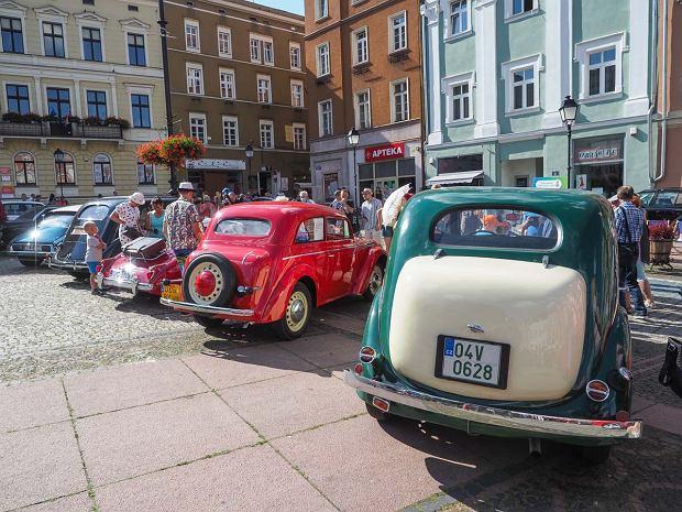 Zdjęcie numer 2 w galerii - Międzynarodowy rajd zabytkowych pojazdów na Rynku w Wałbrzychu. Było co podziwiać [ZDJĘCIA]