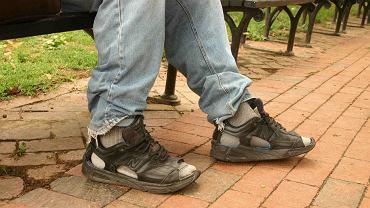 Są sytuacje, gdy stopy po prostu muszą się spocić. Obuwie i skarpety wykonane z nieodpowiednich materiałów sprzyjają problemom