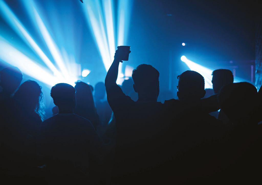 Częstochowa. Pomimo zakazu w klubie bawiło się 1000 osób. Prokuratura wszczęła śledztwo (zdjęcie ilustracyjne)