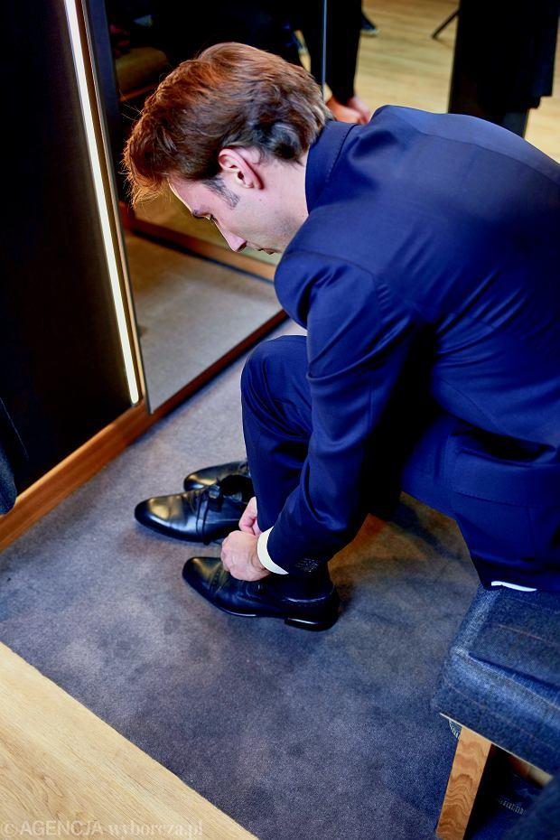 W dodatkach moc! Jeśli jeden element garderoby ma się wyróżniać, reszta powinna pozostać w cieniu. Z dodatków wybieramy więc czarne, proste buty.