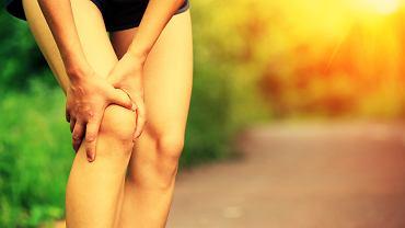 Najbardziej charakterystycznym objawem zmian są silne skurcze i bóle mięśni tuż po wysiłku fizycznym.