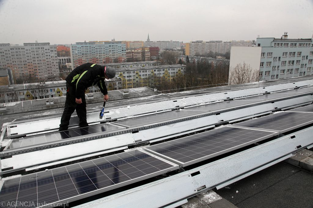 Panele słoneczne na dachu wieżowca