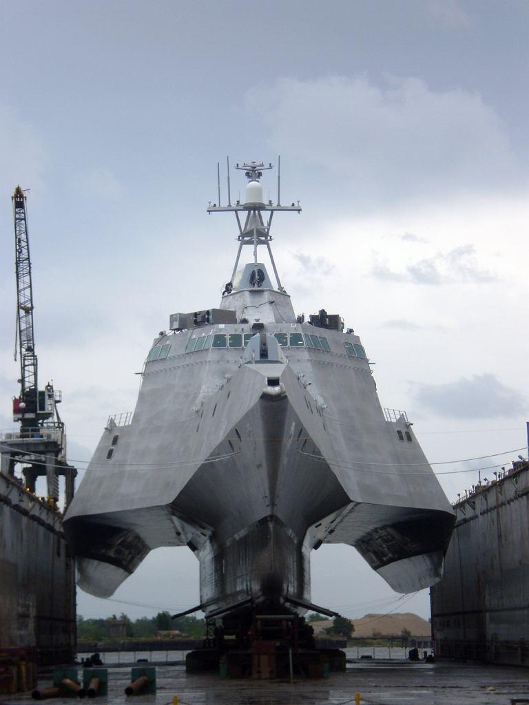 Jeden z okrętów typu Independence prezentuje, czym jest układ trimarana. Widoczne trzy kadłuby, główny centralny i dwa boczne