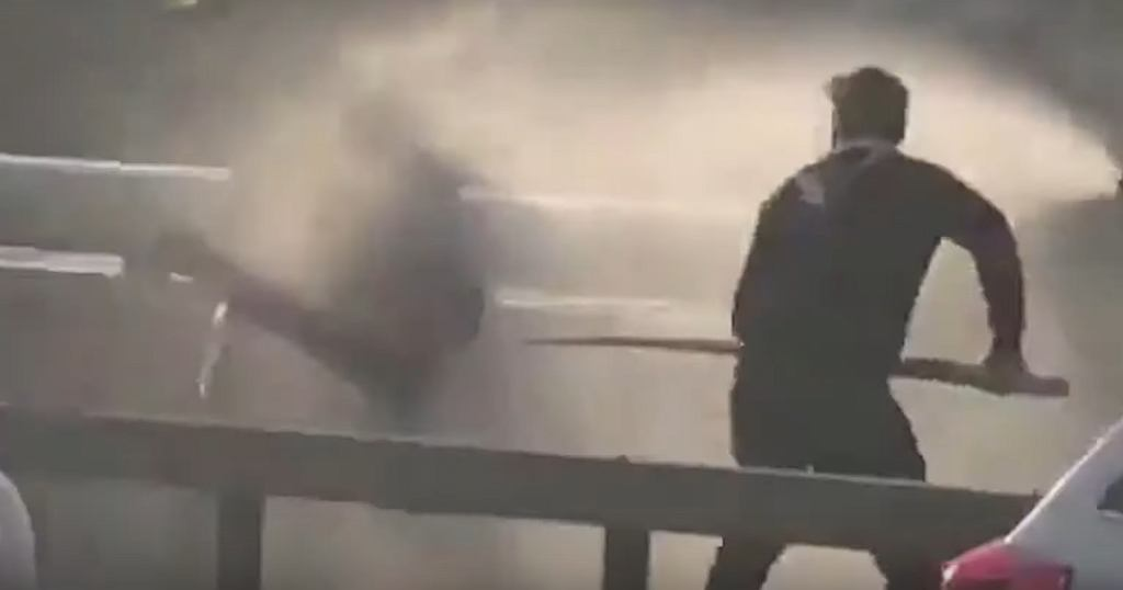Łukasz z kłem narwala próbuje powstrzymać terrorystę na London Bridge w Wielkiej Brytanii.