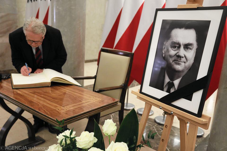 Księga kondolencyjna Jana Olszewskiego wystawiona w kancelarii premiera.