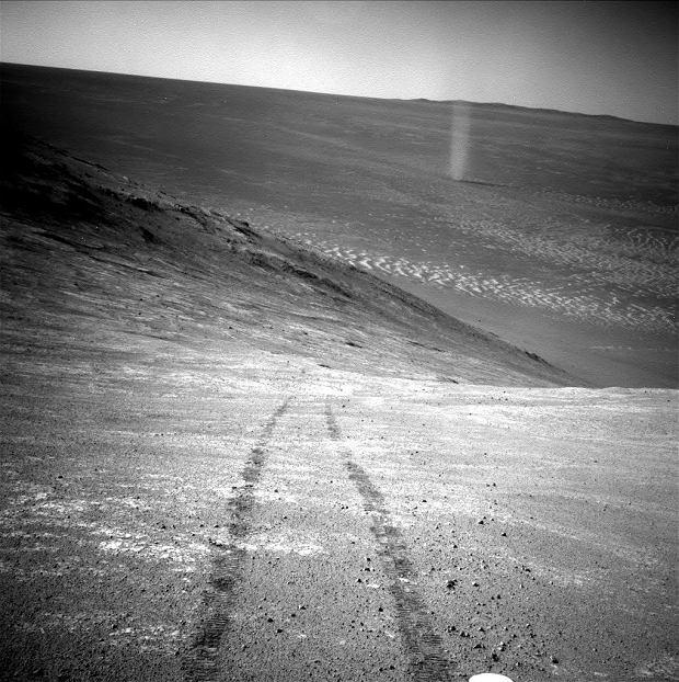 'Piaskowy diabeł' obserwowany przez Opportunity ze zbocza marsjańskiego wzgórza