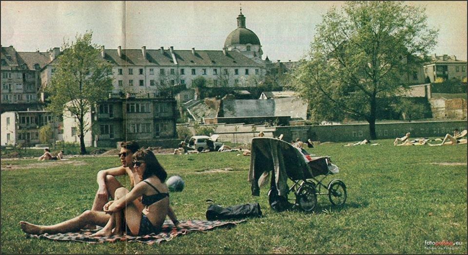 1969 rok. Park ze stawem-brodzianką (na jego miejscu zbudowano fontanny) rozciągał się od Góry Gnojnej do ulicy Sanguszki.