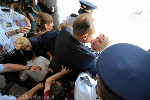 37 dzień sejmowego protestu rodziców osób niepełnosprawnych. Demonstrantki próbują rozwiesić transparent w języku angielskim na zewnętrznej ścianie Sejmu. Doszło do szarpaniny ze strażą marszałkowską. Warszawa, 22 maja 2018