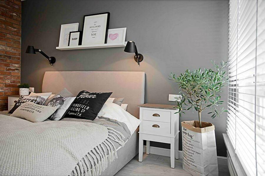 Ściana za łóżkiem pomalowaną szarą farbą