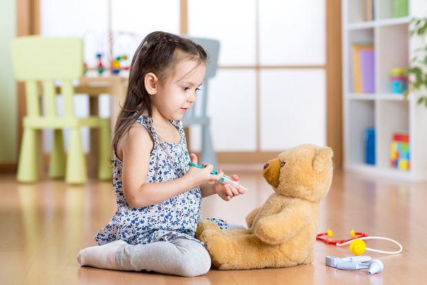 Zabawa w szczepienie pomaga oswoić lęk