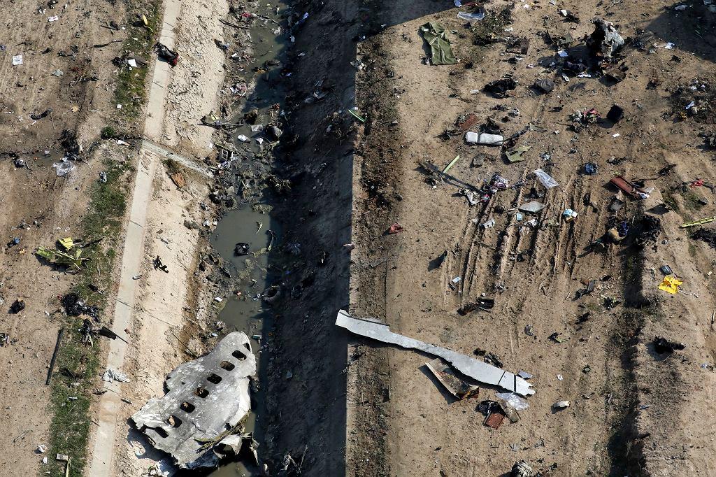 Szczątki ukraińskiego boeinga, który rozbił się po starcie z lotniska w Teheranie