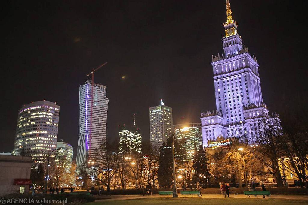 Śródmieście Warszawy rozświetlone nocą