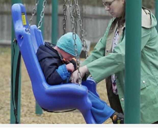 Chłopiec uwielbia chodzić na plac zabaw