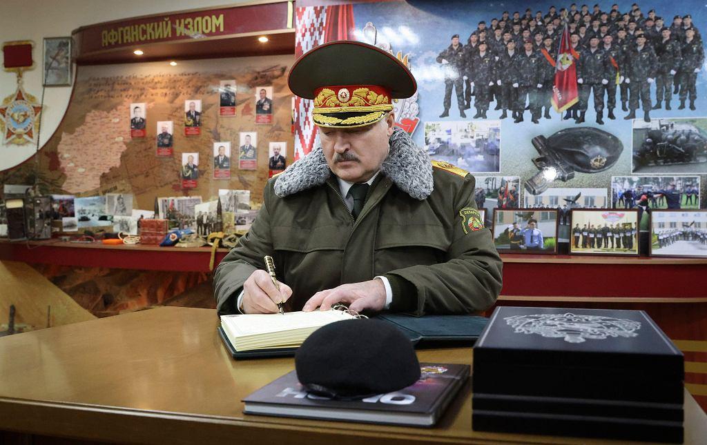 Aleksander Łukaszenka wpisuje się w księdze pamiątkowej bazy sił specjalnych białoruskiego MSW, 30 grudnia 2020 r.