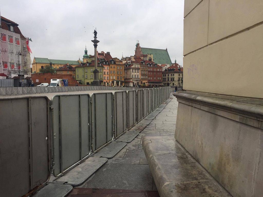 Miesięcznica smoleńska. Barierki na Krakowskim Przedmieściu