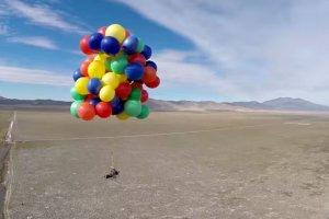 """Poleciał do nieba jak w kreskówce """"Odlot""""! Na 2500 m w starym leżaku przymocowanym do 90 balonów z helem [WIDEO]"""