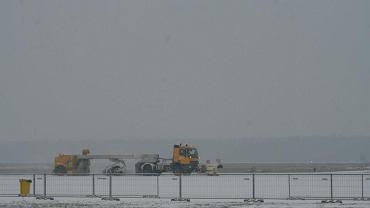 Odśnieżanie pasa startowego na lotnisku w Modlinie