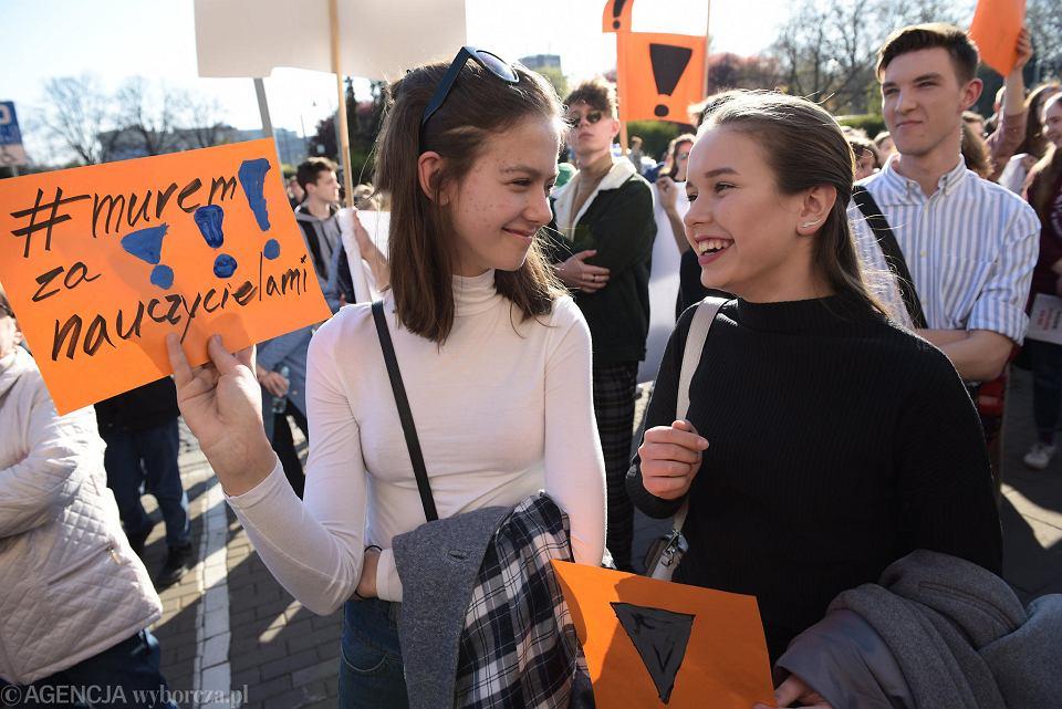 Strajk nauczycieli we Wrocławiu. Uczniowie manifestowali pod urzędem wojewódzkim poparcie dla protestu (16.04.2019)