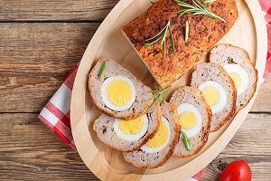 Pieczeń rzymska z jajkiem idealna na stół wielkanocny. Jak ją zrobić? Mamy przepis