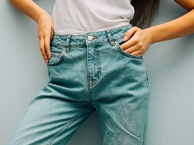 Trendy wiosna-lato 2020. Mom jeans wymodelują sylwetkę i ukryją co trzeba. Jak je nosić?