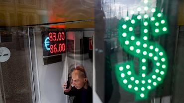 18.03.2020, Moskwa, notowania rubla spadły po spadku cen ropy naftowej.